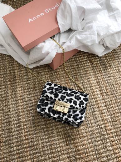 Hola Leopard, Bag